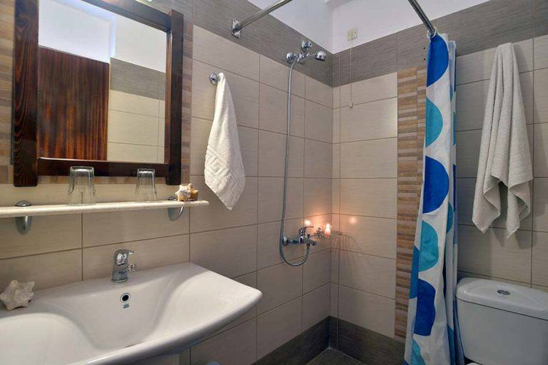 hotel-maltezos-gouvia-corfu-family-holidays-accommodation-bathroom